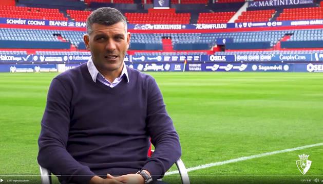 John Aloisi en un momento de la entrevista que concedió al C.A. Osasuna sobre el césped del estadio de El Sadar.