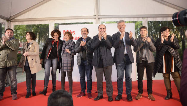 Uxue Barkos se abraza a Itziar Gómez junto al resto de compañeros en el cierre de campaña electoral de Geroa Bai.