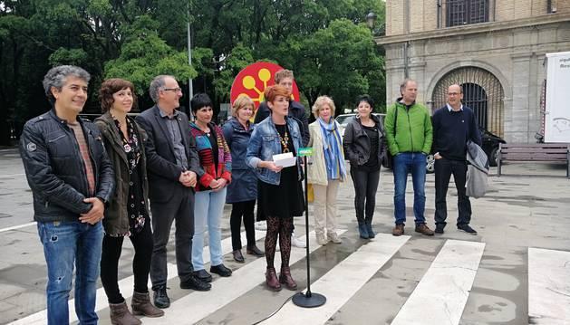 La candidata de EH Bildu a la Presidencia del Gobierno foral, Bakartxo Ruiz, junto a miembros de la lista al Parlamento.