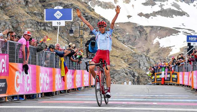 El ciclista ruso Ilnur Zakarin del equipo Team Katusha celebra la victoria en la decimotercera etapa del Giro de Italia.
