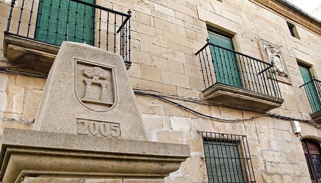 Detalle de una de las escalas de la ruta que Arróniz ideó para contemplar los escudos blasonados que adornan las fachadas de edificios.