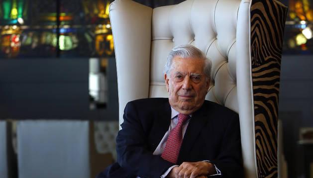 El escritor Mario Vargas Llosa posa en el hotel Tres Reyes, donde se hospedó durante su estancia en Pamplona.