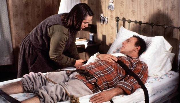 Kathy Bates y James Caan, en Misery.