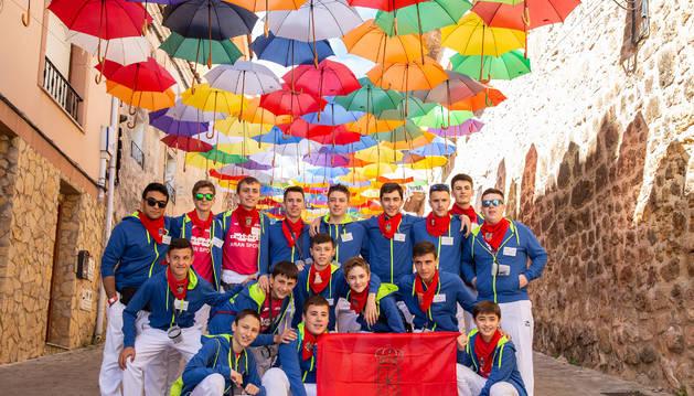 Los miembros de la charanga El Garrafón de Peralta posa con la bandera de Navarra en el festival celebrado en Poza de la Sal.