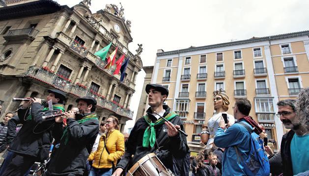 Un grupo de gaiteros acompaña ayer a la comparsa de gigantes del Casco Viejo, frente a la fachada del Ayuntamiento.