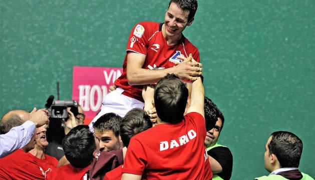 Los incondicionales de Darío celebran la victoria en el Manomanista de Promoción con el delantero de Ezcaray, este sábado en el Labrit.