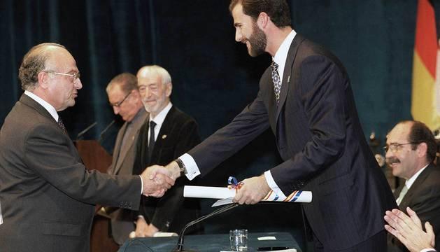 El médico Joaquín Sanz Gadea, recibiendo el Premio Príncipe de Asturias de la Concordia 1998.