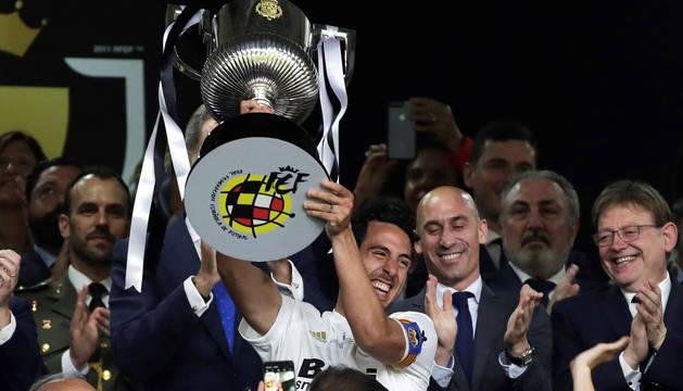El capitán del Valencia CF, Daniel Parejo, levanta el trofeo tras vencer por 2-1 al FC Barcelona en la final de la Copa del Rey