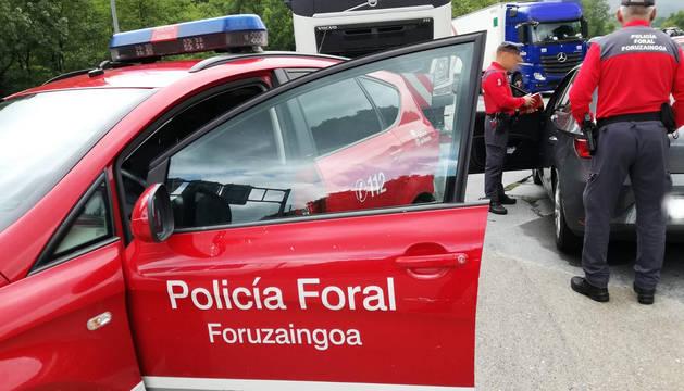 Agentes de Policía Foral, junto al vehículo inmobilizado.