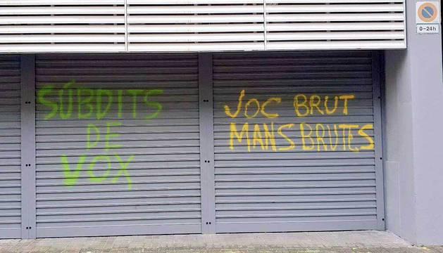 Pintadas en la sede central del PSC en Barcelona.