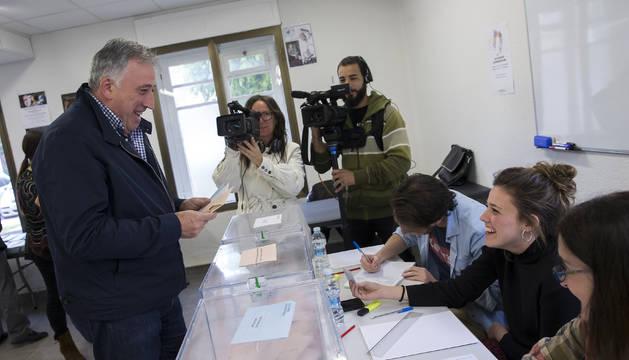 Joseba Asiron votando en un colegio electoral de Zizur.