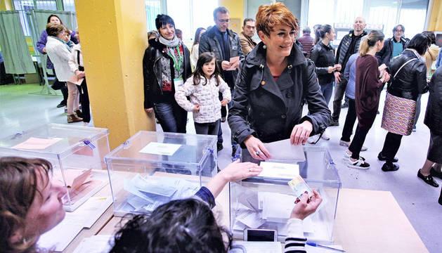 Bakartxo Ruiz, candidata de EH Bildu a la Presidencia del Gobierno de Navarra, vota en el colegio Patxi Larrainzar.