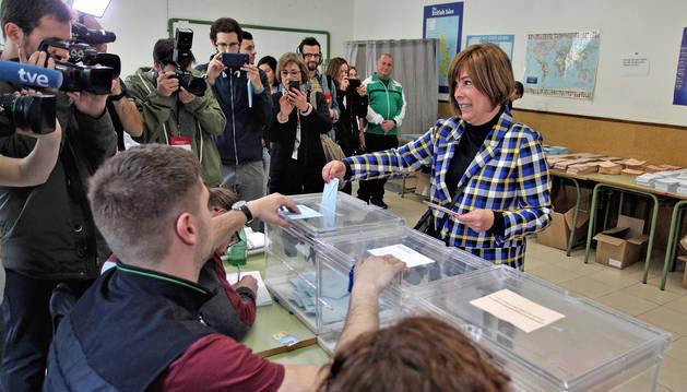 Uxue Barkos deposita su voto en el civivox Ensanche.