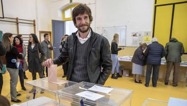 Mikel Buil, candidato de Podemos a la Presidencia del Gobierno de Navarra, votando en el colegio San Francisco de Pamplona.