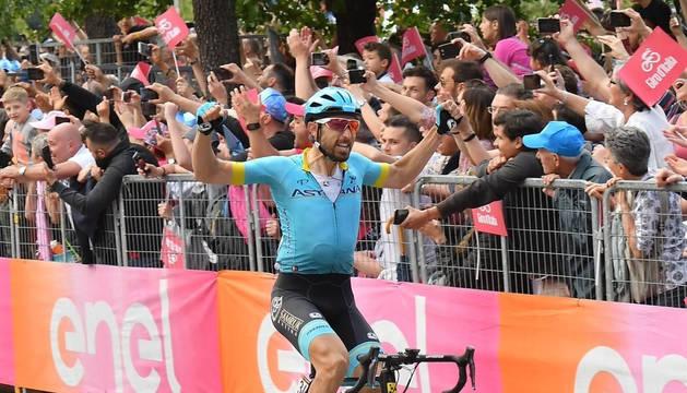Darío Cataldo (Astana) celebra su victoria en Como.