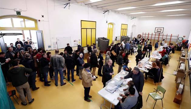 Aspecto que presenta uno de los colegios electorales del casco viejo de Pamplona donde la gran afluencia de ciudadanos que acudieron a votar a mediodía ocasionó colas de varios minutos de espera