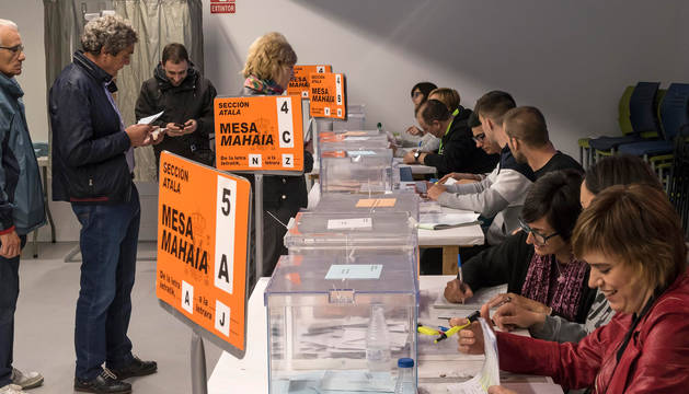 foto de Votantes participando en la elecciones del 26A en un colegio electoral de Navarra