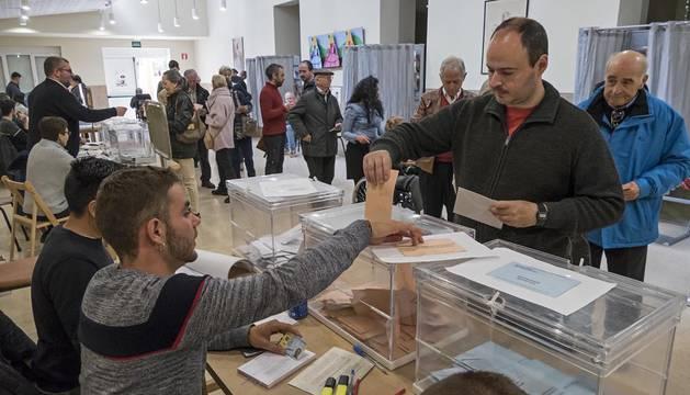 Votaciones en el colegio electoral Santa Ana en Estella