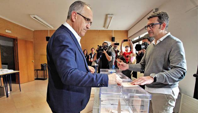 Enrique Maya votando en la Escuela de Idiomas de Pamplona.