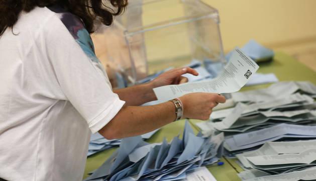 Recuento de votos en un colegio electoral de Pamplona tras las elecciones del 26M.
