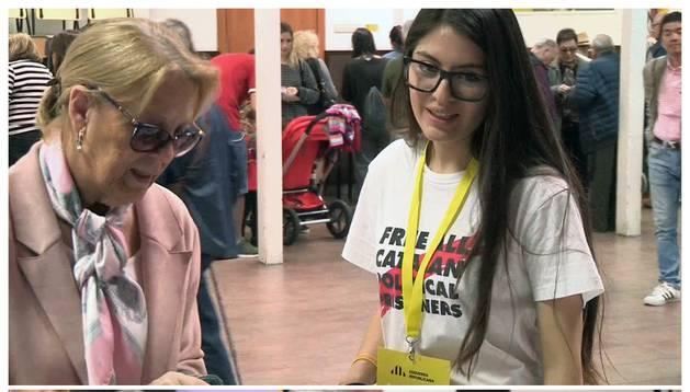 Una apoderada de ERC en Barcelona ha tenido que darle la vuelta a su camiseta con un lema en favor de los presos independentistas, que lucía en el colegio electoral al que había sido destinada, tras una discusión con un apoderado de Vox.