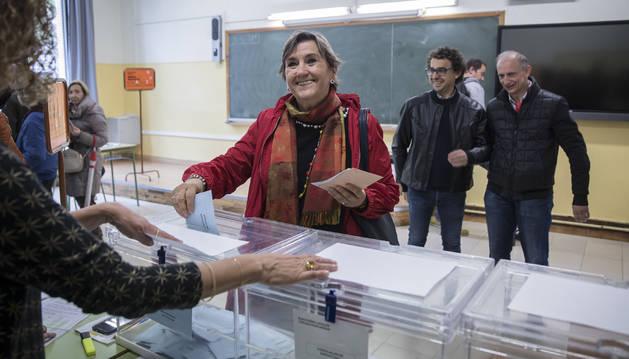 Marisa De Simón depositando su voto en las urnas.