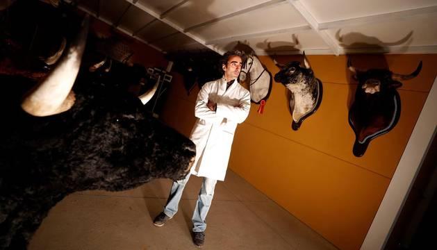 Fotografía tomada el pasado 8 de mayo de 2019, del taxidermista de tauromaquia José Luis Martín Moro, en su taller en Serradilla del Arroyo (Salamanca).