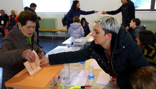 Votación en un colegio electoral de Lekunberri.