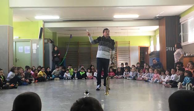 El director de la Banda de Música de Buñuel, Jesús María Santos Villafranca, en una de las sesiones de las que pudieron disfrutar los niños.