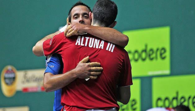 Oinatz Bengoetxea y Jokin Altuna se abrazan tras la final del Cuatro y Medio disputada el año pasado.
