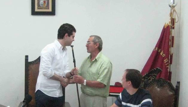 A la izquierda, Javier Ollo (Geroa Bai), en su toma de posesión como alcalde al inicio de legislatura.