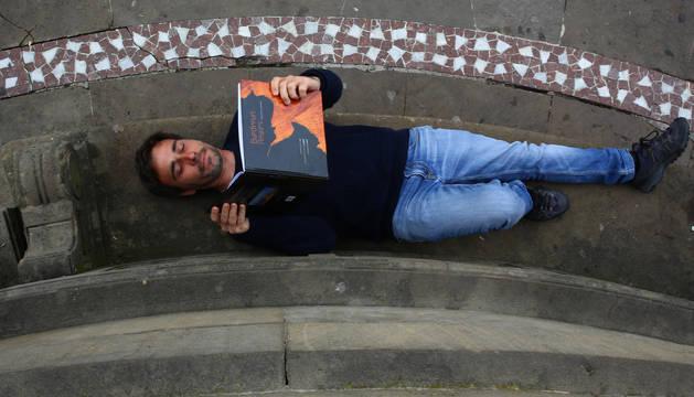 Foto de Eduardo Blanco Mendizábal sujetando Bardenas Reales, en busca de la luz poco antes de su presentación en Pamplona.