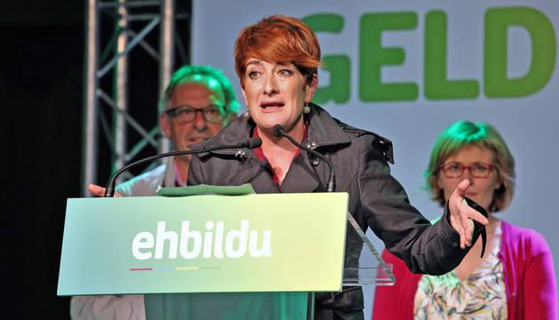 foto de La candidata de EH Bildu a la presidencia de Navarra, Bakartxo Ruiz, analizando los resultados en el acto del Zentral