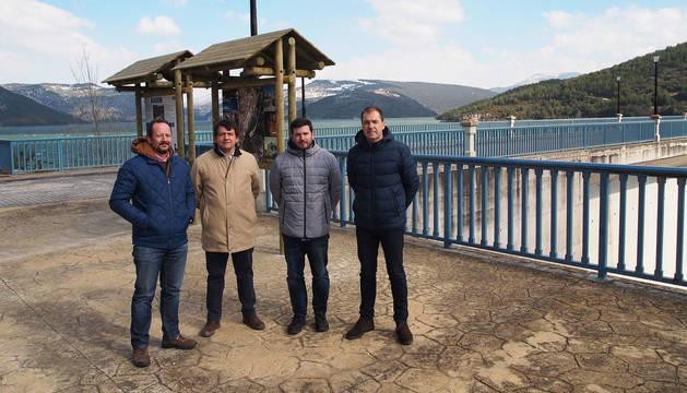 Autoridades y representantes de Cederna durante la presentación de un plan turístico en Itoiz.