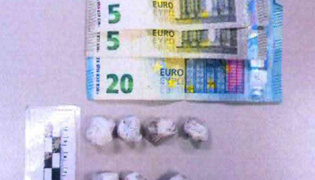 Imagen de droga y dinero incautado a uno de los detenidos.