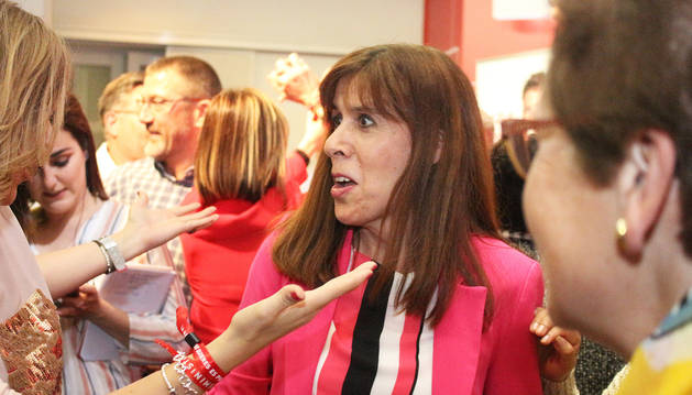 foto de La cabeza de lista del PSN al Ayuntamiento de Pamplona, Maite Esporrín, celebrando los resultados electorales.