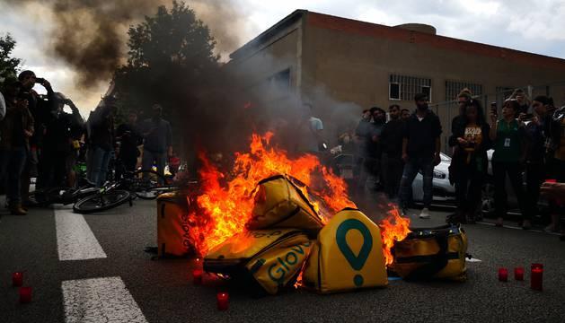 Unos 100 repartidores se concentraron ante la sede de Glovo en Barcelona.