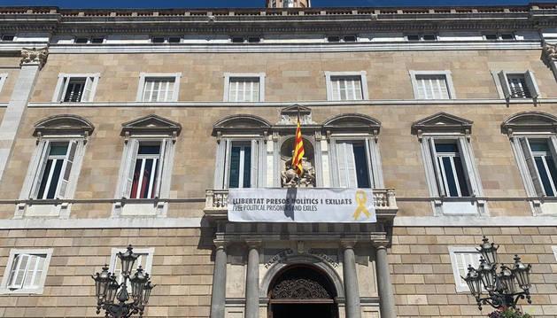 La Generalitat vuelve a colgar la pancarta con el lazo amarillo