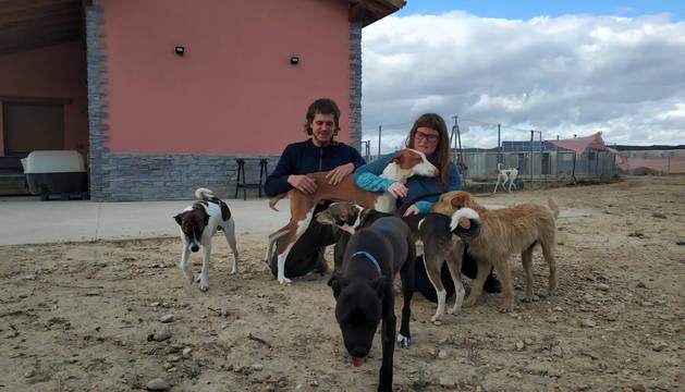Nerea Martínez y Borja Alcalde en las instalaciones del centro canino Canbezuelos de Andosilla.