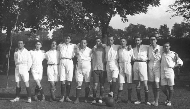 Imagen de los componentes de la Sportiva Foot-Ball Club en sus primeros pasos después de la creación del equipo pamplonés. Vestían de blanco.