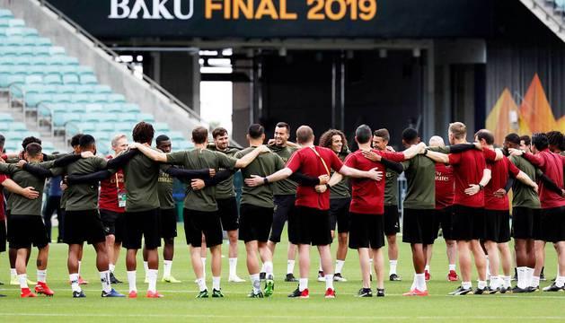 Los jugadores del Arsenal participan en una sesión de entrenamiento este martes en el Estadio Olímpico de Bakú (Azerbaiyán).