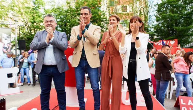 De izda. a dcha., Santos Cerdán, Pedro Sánchez, María Chivite y Maite Esporrín durante el acto en Pamplona.