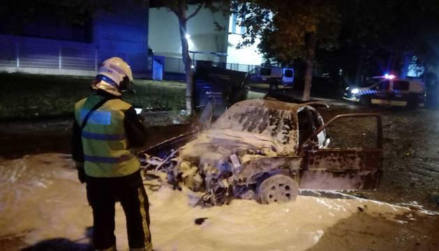 Dos heridos tras chocar su coche y arder en el polígono de Agustinos en Pamplona