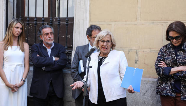 La alcaldesa en funciones, Manuela Carmena (al micrófono), asisten a la colocación de una placa en homenaje al pintor y escultor madrileño Eduardo Arroyo.