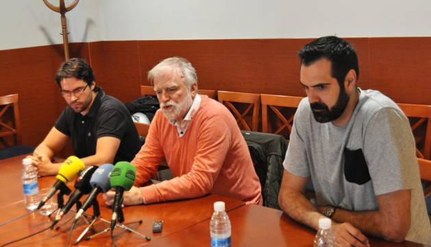 El presidente de Basket Navarra Club, Javier Sobrino, rodeado del entrenador Xabi Jiménez y del pívot Edu Hernández-Sonseca.