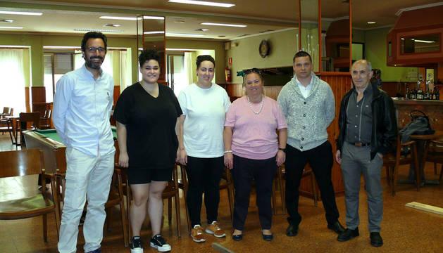 De izquierda a derecha,  Pedro Luis Calleja, Lucía Gómez, Elena Pérez, Lucía Lizarazu, Raúl Mayor y Roberto Muro, en las instalaciones del Casino de Fitero.