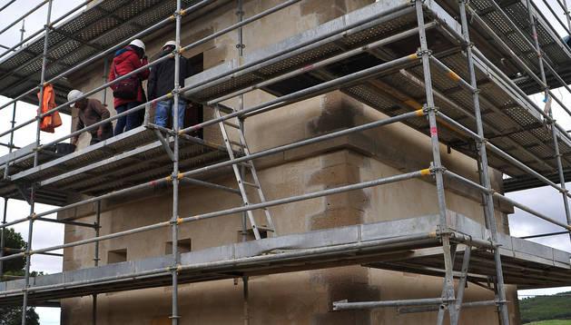 La dirección técnica supervisa los trabajos de rehabilitación, como hace cada semana, de la torre Beratxa.