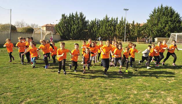 Los niños que integran la nueva Escuela de Atletismo de Olite se disponen a iniciar una carrera durante uno de los entrenamientos que completan los viernes por la tarde en la localidad. Reparten los entrenamientnos al aire libre  entre las instalaciones del Erri-Berri y el patio del colegio.