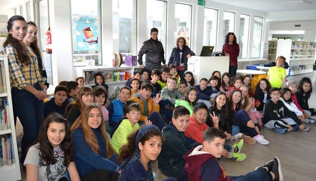 Los niños con sus tutores, las representantes del Secretariado Gitano y de la bibliotecaria de San Adrián, Laura Romero Díaz.