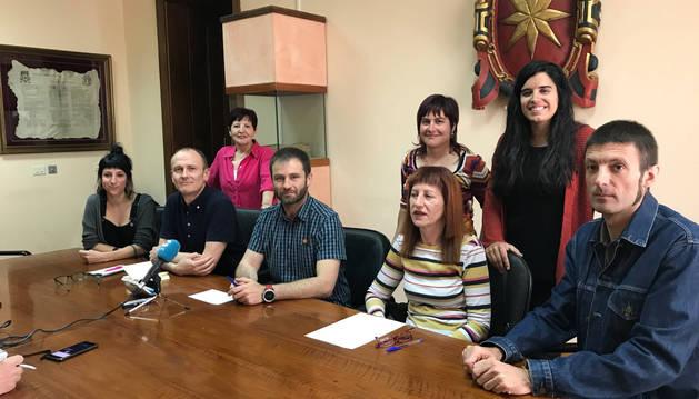 Leoz, con el conjunto del nuevo grupo municipal de Bildu y la ex edil abertzale, Elena Urabayen.